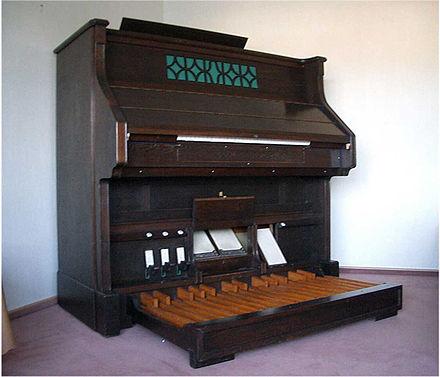 440px-pedalharmonium_1.jpg