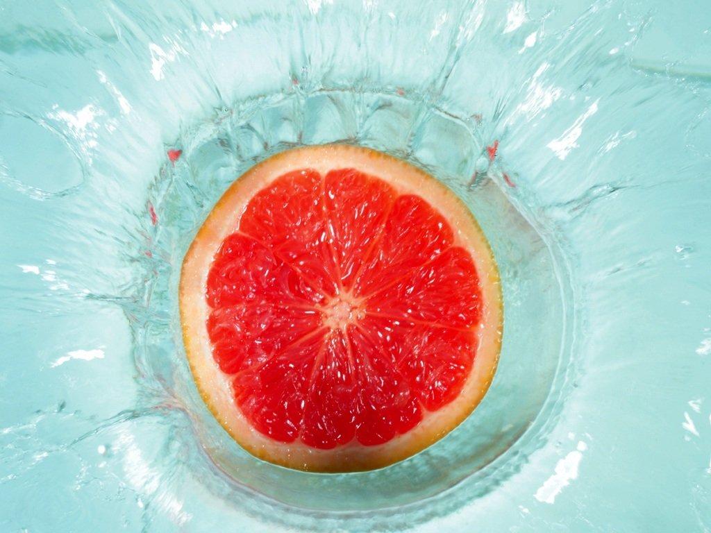 red_orange_slice_in_water_9206_1024_768.jpg